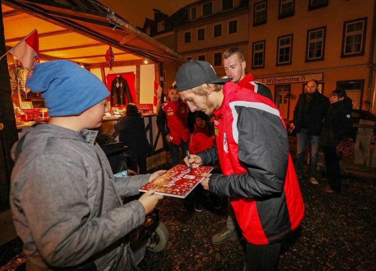 Rot-Weiß Erfurt zu Besuch beim RWE-Weihnachtsmarktstand